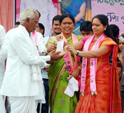 Kalvakuntla Kavitha giving membership card to mallaiah in asifabad