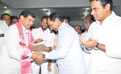 Karimnagar DCCB Chairman Ravinder Rao join TRS