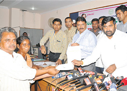 Cheques-to-Telangana-Martyrs-Families