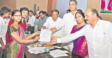 Harish Rao handover a cheque under kalyana laxmi scheme