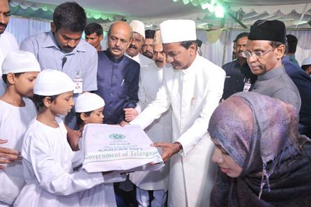 KCR offering gifts to Muslim Minorities
