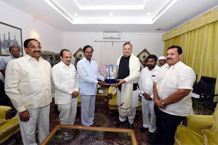 KCR with Chattisgarh CM Raman singh01