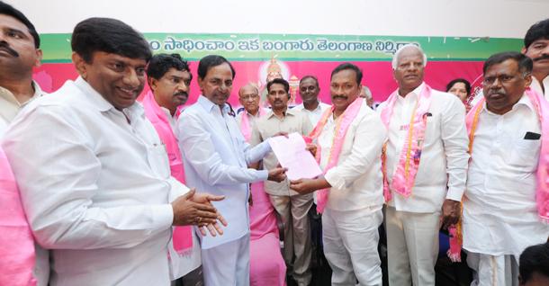 CM KCR giving B-form to the warangl TRS MP Candidate Pasunuri Dayakar