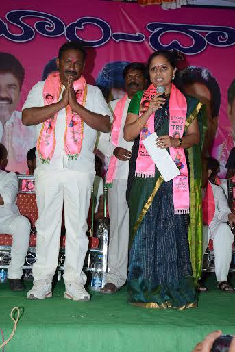 Kalvakuntla Kavitha campaigning for pasunoori dayakar in Bhoopalapally